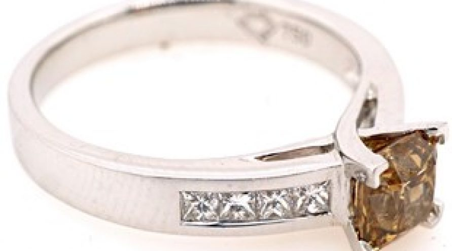 18 K WHITE GOLD AND DIAMOND RING