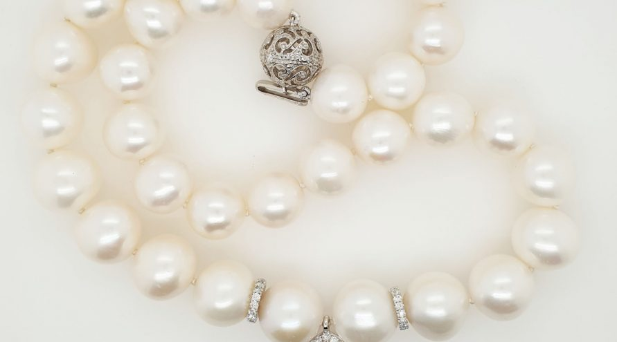 9K WHITE GOLD WITH PEARL AD DIAMOND NECKLACE